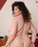 Chubby mature diva exposing her big ass and boobs